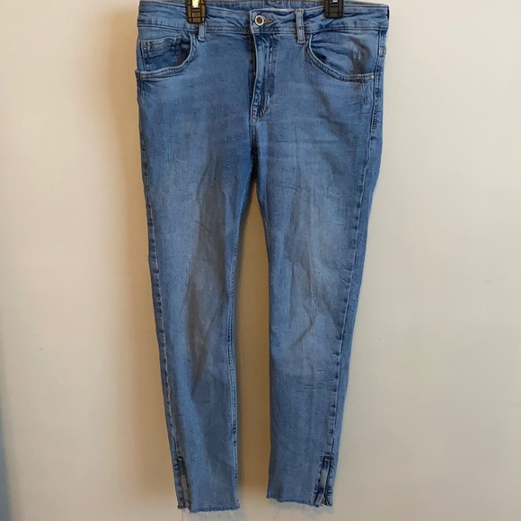 Cropped jeans with zipper on the bottom